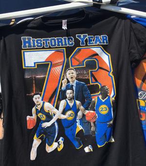 (写真:Historic Yearと記念シャツに刻まれている通り、シーズン73勝の上に、2年連続ファイナル制覇を果たせば、ウォリアーズは歴史に名を刻むことになる)