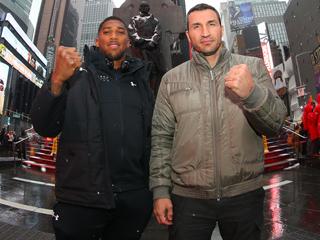 (写真:タイムズスクエアで記念撮影する新旧王者の姿は、ボクシング界の範疇を超えた形で話題になった)