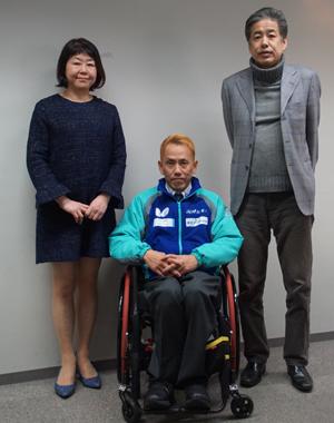 吉田信一選手<中央>と記念撮影をする二宮清純<右>