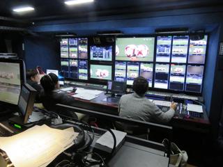 (写真:前方にスイッチャー、ディレクター、CG担当が座り、中継をコントロールする)