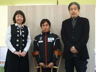 木村潤平選手<中央>らと並ぶ二宮清純<右>
