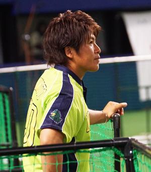 (写真:就任3年目の秋元監督。開幕戦は多くの選手をつぎ込んだ)