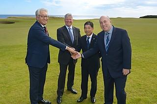 (写真:。左からAPGC理事のK.J.リー、R&AチーフエグゼクティブのM.スランバー、日本カバヤ・オハヨーホールディングス顧問ゴルファー・小田教久、R&AアジアパシフィックディレクターのD.ウォール)