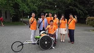 (写真:西選手と応援にきた野村不動産の社員有志のみなさん)