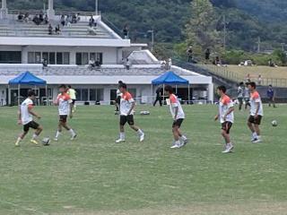 (写真:第11節、愛媛FC U-18の試合前ピッチ内練習)