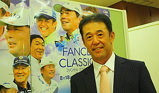 (写真:「シニア初勝利をあげてポスターのような笑顔で最終日を終えたい」と鈴木)
