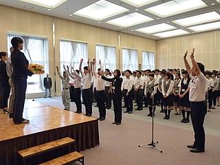 (写真:ダイキグループ社員約180名が参加。万歳三唱で選手を送り出した)